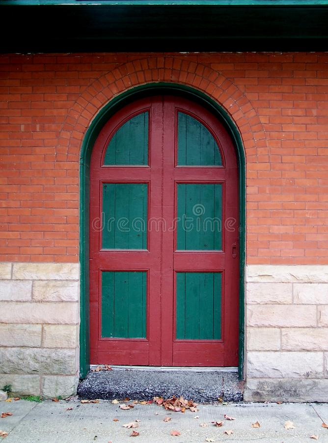 Porta verde e rossa. fotografie stock