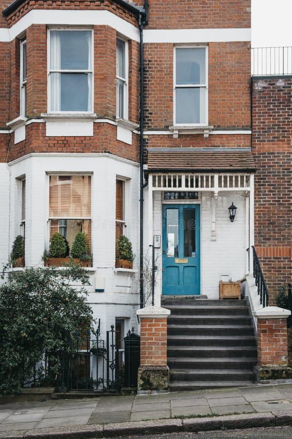 Porta verde em uma casa inglesa tradicional em Londres, Reino Unido foto de stock