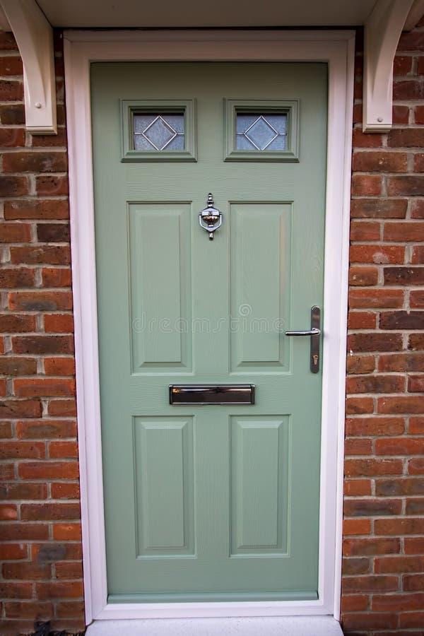 Porta verde Entrata principale composita della casa moderna UPVC fotografia stock libera da diritti