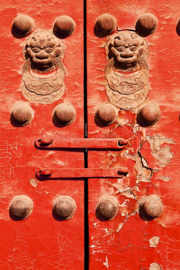 Porta vermelha com leões chineses fotos de stock royalty free