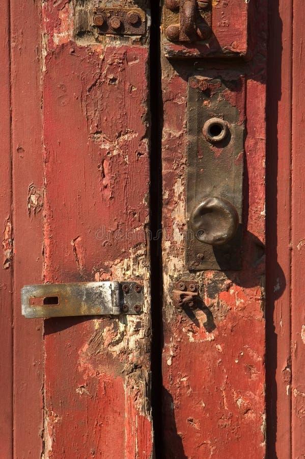 Porta vermelha com o botão de porta do metal fotografia de stock royalty free