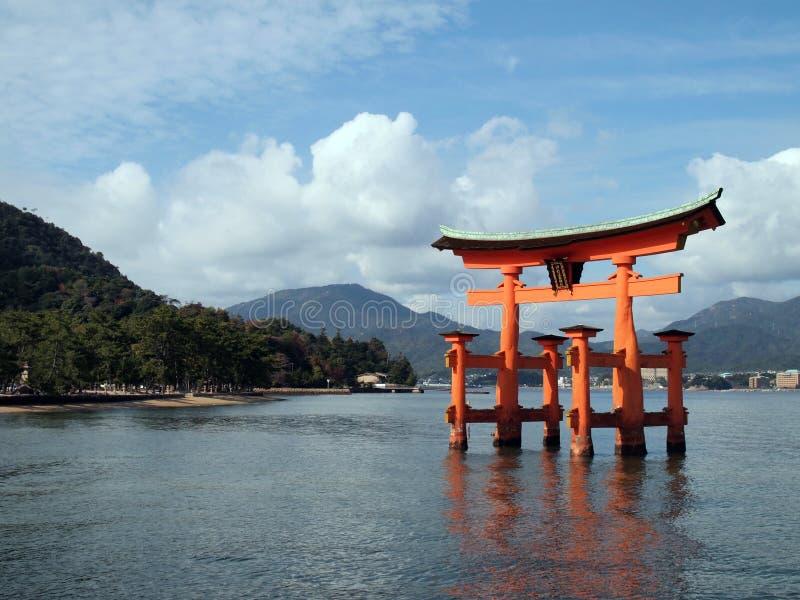 Porta vermelha de flutuação dos toros-eu do santuário de Itsukushima imagens de stock royalty free