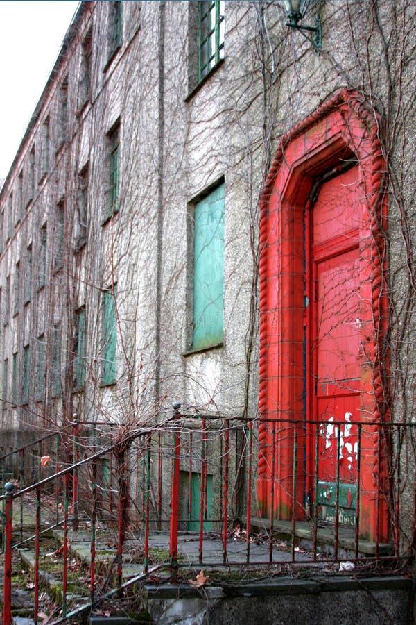 Porta vermelha do edifício abandonado imagem de stock royalty free