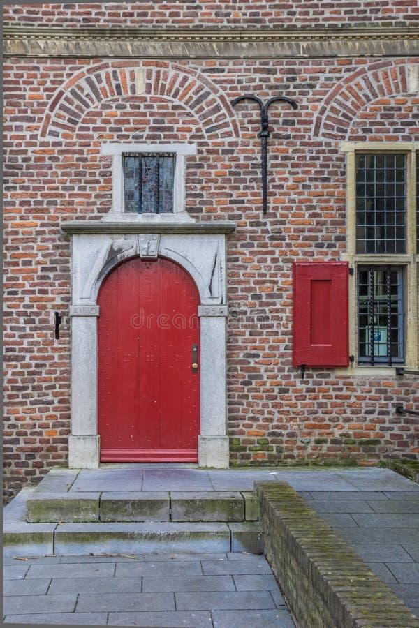 Porta vermelha do Petershuis em Gennep foto de stock