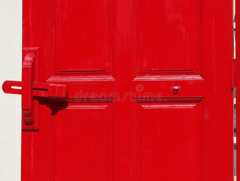 A porta vermelha isolada com woden o parafuso de corrediça foto de stock royalty free
