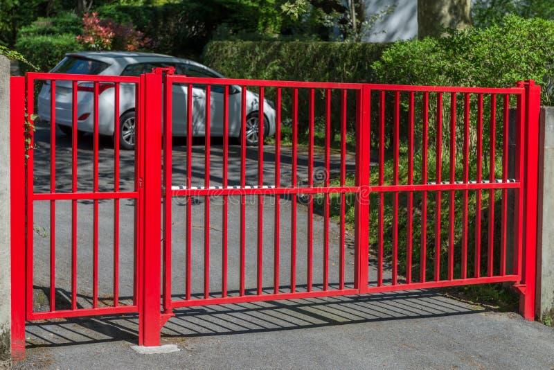 Porta vermelha na entrada à casa fotografia de stock royalty free