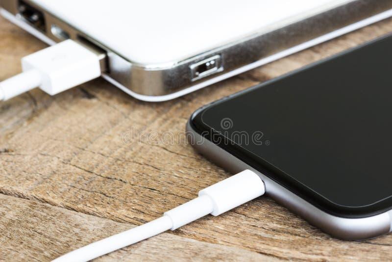 Portable för bank för makt för Closeuptelefon laddande vit arkivbild