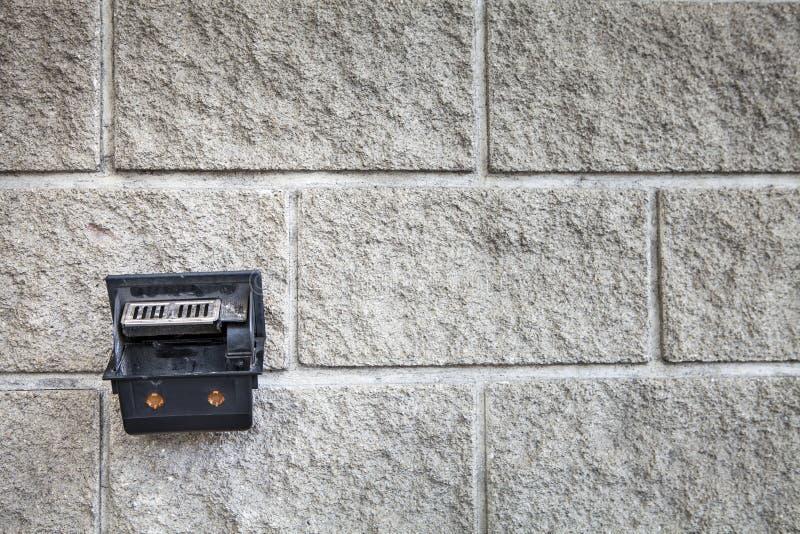 Portacenere che appende sul fondo del muro di cemento immagine stock libera da diritti