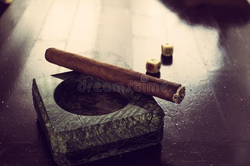 Portacenere del granito con il sigaro fotografia stock libera da diritti