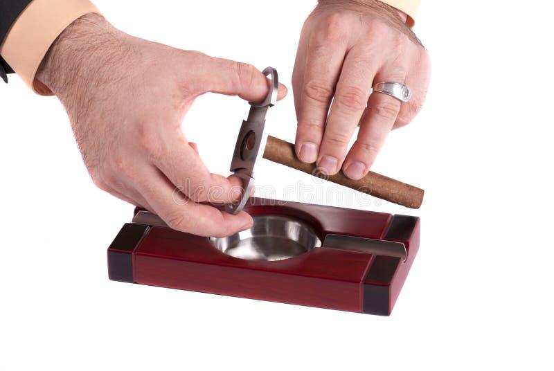 Portacenere del sigaro con i sigari e la taglierina fotografia stock