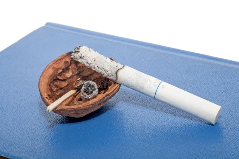 Portacenere temporaneo con la sigaretta fotografie stock libere da diritti