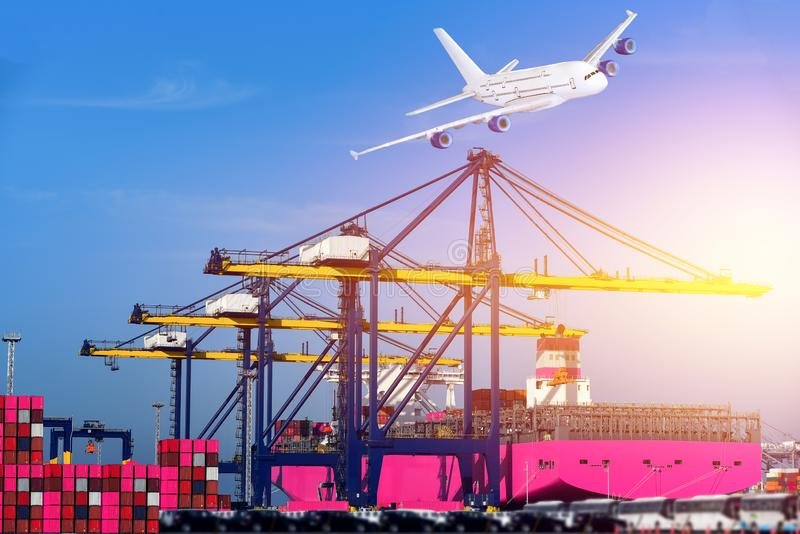 Portacontenedores en cargo cargado que espera del puerto y de la grúa imágenes de archivo libres de regalías