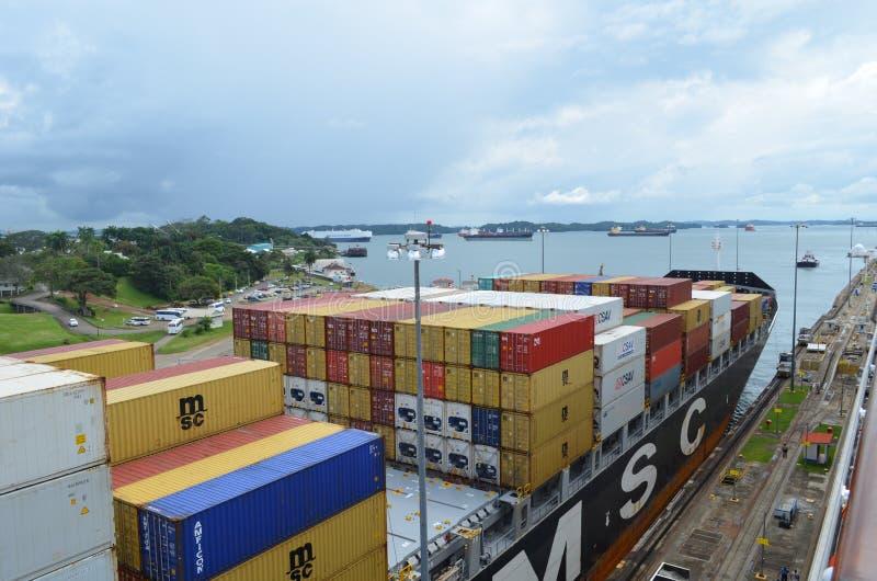 Portacontenedores en el Canal de Panamá fotos de archivo libres de regalías