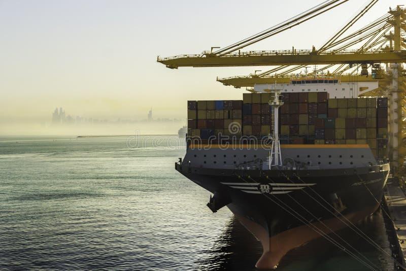 Portacontenedores en el puerto de Dubai fotos de archivo