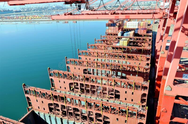 Portacontenedores en el puerto de Long Beach, California fotos de archivo