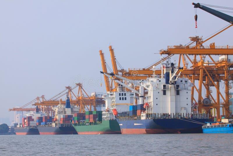 Portacontenedores en el uso del puerto para el transporte del agua y sh comerciales fotos de archivo