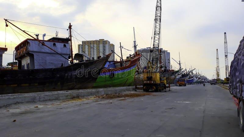 Portacontenedores en la exportación y el negocio y la logística de importación Entrega del cargo al puerto con una grúa En el pue fotografía de archivo