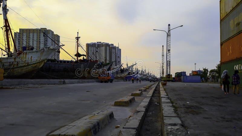 Portacontenedores en la exportación y el negocio y la logística de importación Entrega del cargo al puerto con una grúa En el pue foto de archivo