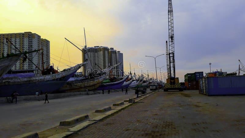Portacontenedores en la exportación y el negocio y la logística de importación Entrega del cargo al puerto con una grúa En el pue imagenes de archivo