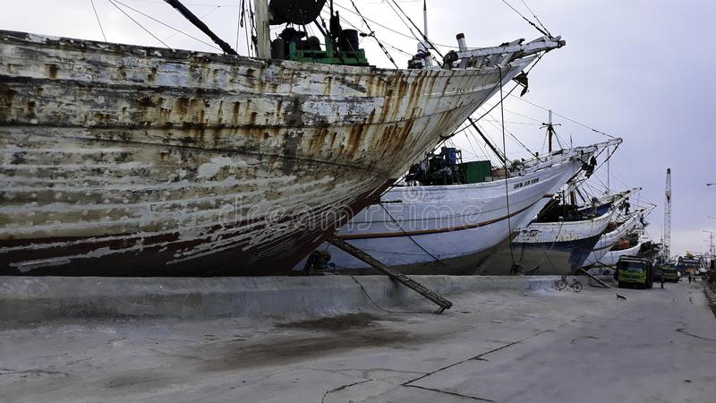 Portacontenedores en la exportación y el negocio y la logística de importación Entrega del cargo al puerto con una grúa En el pue fotos de archivo libres de regalías