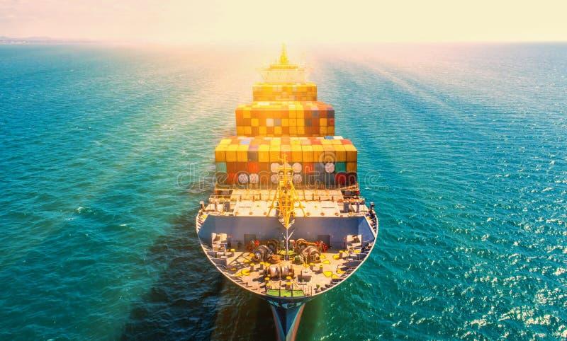 Portacontenedores en las importaciones/exportaciones y el negocio logísticos Por la grúa, imagen de archivo libre de regalías