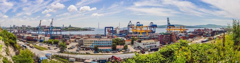Portacontenedores en las importaciones/exportaciones y el negocio logísticos, por la grúa, puerto comercial, buque mercante a abr fotografía de archivo