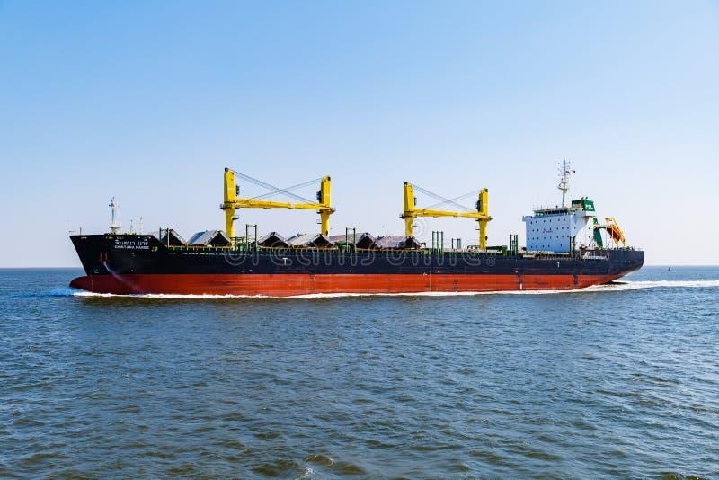 Portacontenedores en su manera al puerto de Hamburgo visto cerca de la isla de Helgoland imagen de archivo libre de regalías