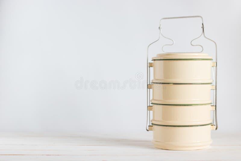 Portador clásico de la comida en el tablero de madera blanco imagen de archivo libre de regalías