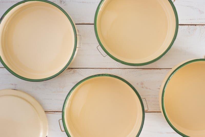 Portador clásico de la comida en el tablero de madera blanco imagen de archivo
