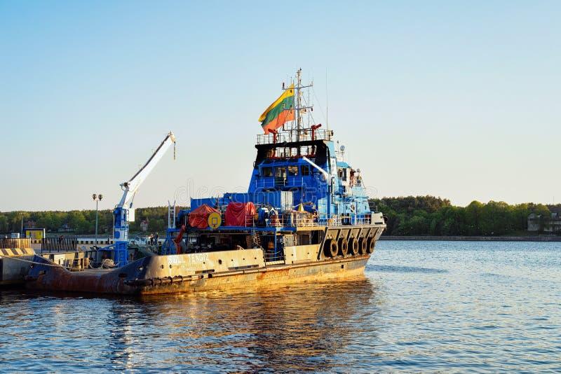 Portador da carga seca no porto de Klaipeda Lituânia fotografia de stock