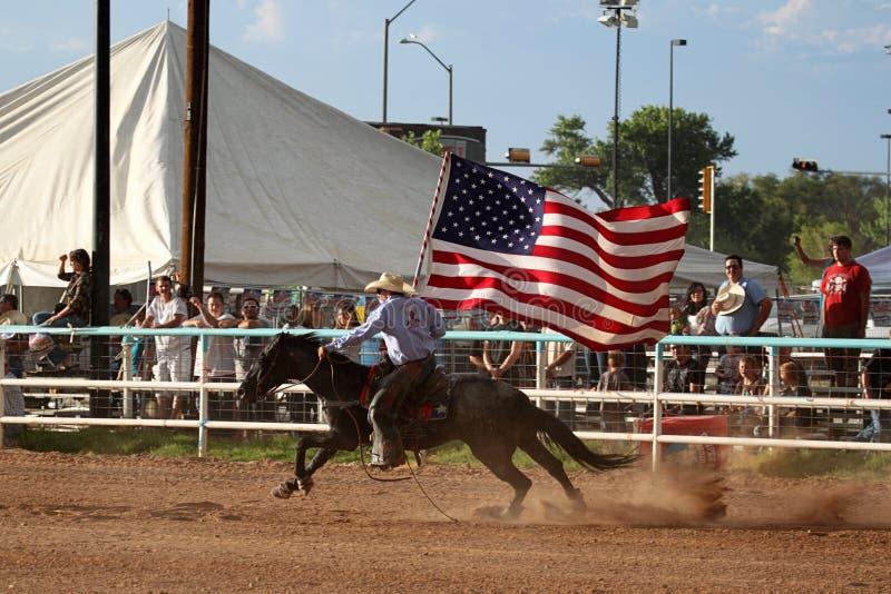 Portador de bandeira da cerimónia de inauguração do rodeio imagens de stock