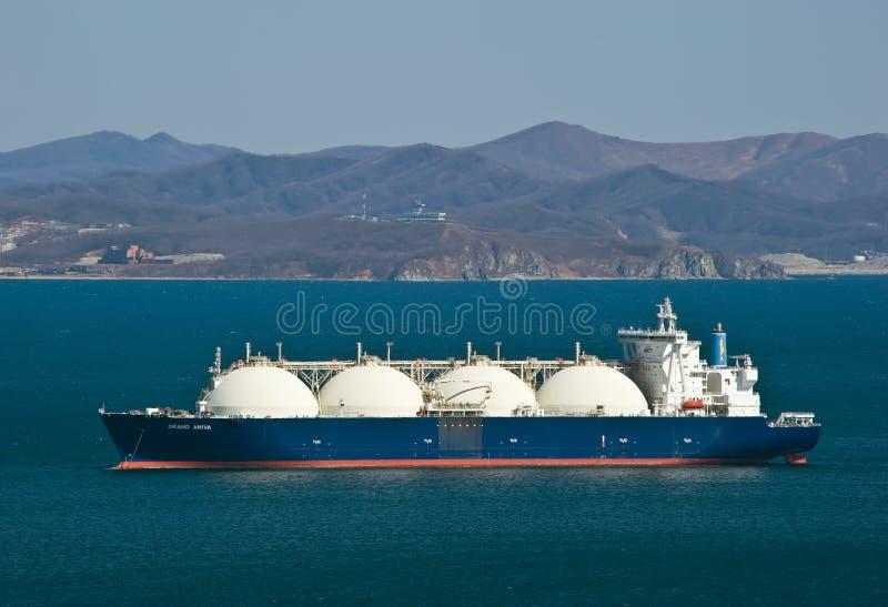 Portador de GNL Aniva grande nas estradas do porto de Nakhodka Extremo Oriente de Rússia Mar do leste (de Japão) 31 03 2014 imagens de stock