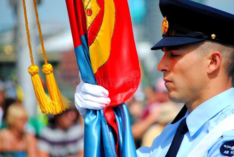 Portador de indicador de la fuerza aérea en el desfile del día de Australia imagenes de archivo