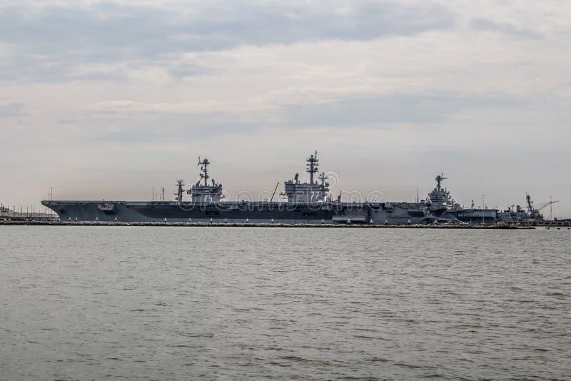 Portadores da marinha dos E.U. na jarda de Norfolk em Virgínia imagem de stock royalty free
