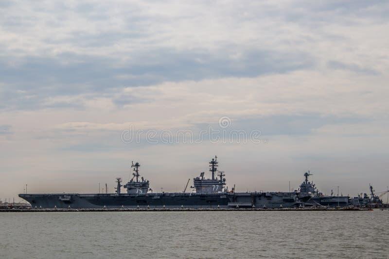 Portadores da marinha dos E.U. na jarda de Norfolk em Virgínia fotos de stock royalty free