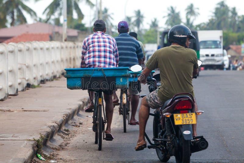 Portadores de los vendedores de los pescados de las vespas, Negombo Sri Lanka imagen de archivo