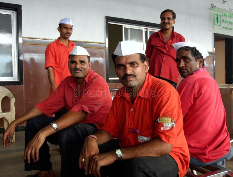 Portadores del bagaje en el ferrocarril de Mumbai foto de archivo libre de regalías