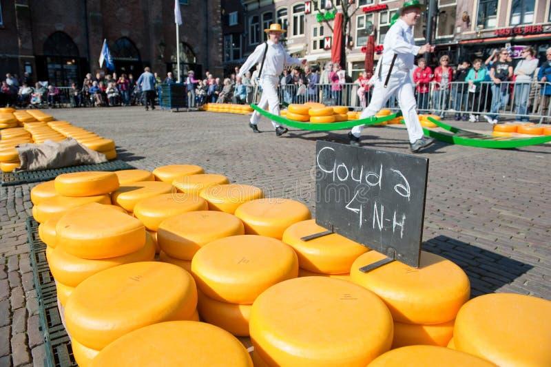 Portadores en el mercado del queso de Alkmaar imagenes de archivo