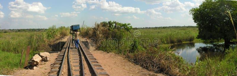Portadores a lo largo del ferrocarril abandonado, Katanga, Congo fotografía de archivo