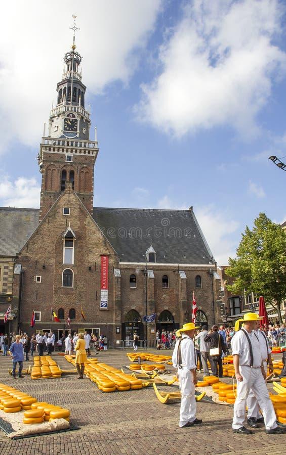 Portadores que trabajan en el mercado del queso de Holanda fotografía de archivo libre de regalías