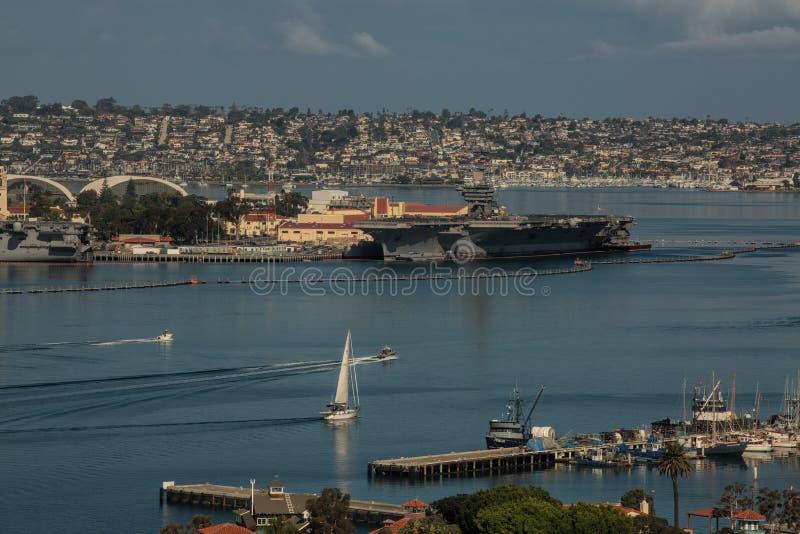 Portaerei e battelli da diporto nel porto di San Diego fotografia stock