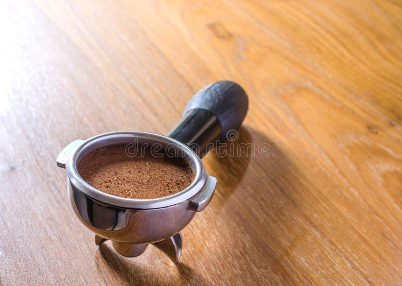 portafilter用碾碎的咖啡 免版税库存图片