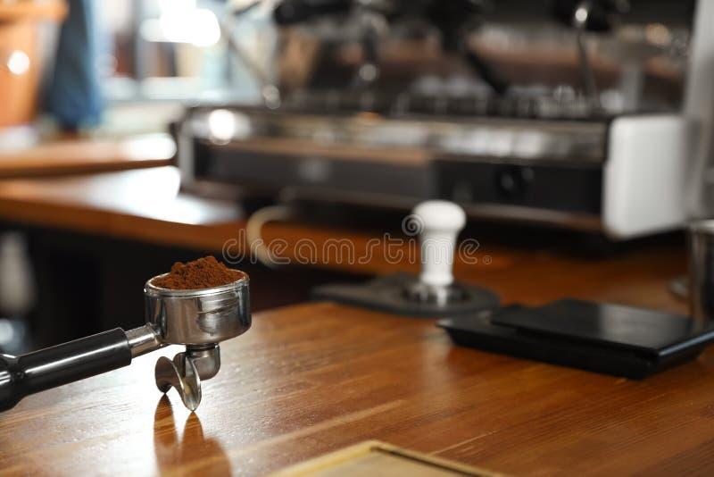 Portafilter com café moído no contador na barra imagem de stock royalty free