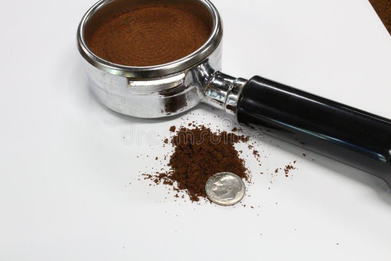 Portafilter del apisonamiento del café del café express en café imagenes de archivo