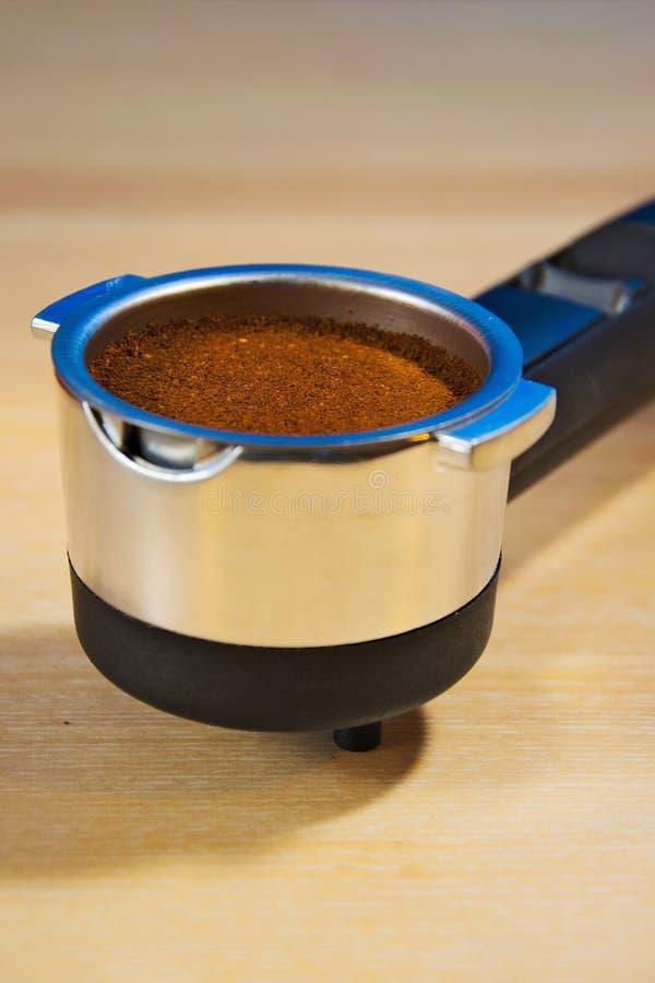Portafilter met verse grondkoffie klaar om in de espressomachine te brouwen stock afbeeldingen
