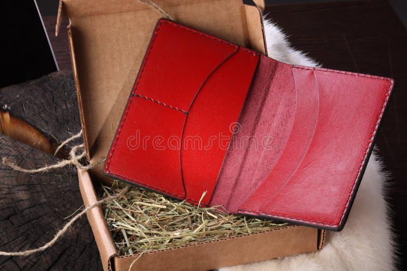 Portafoglio del cuoio genuino in contenitore di regalo immagine stock libera da diritti