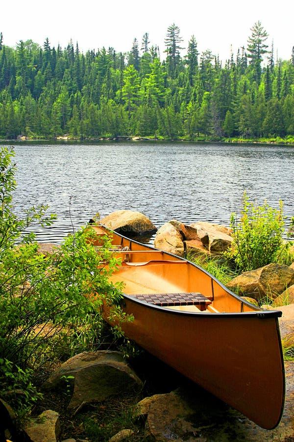 Portage betriebsbereites Kanu lizenzfreies stockbild