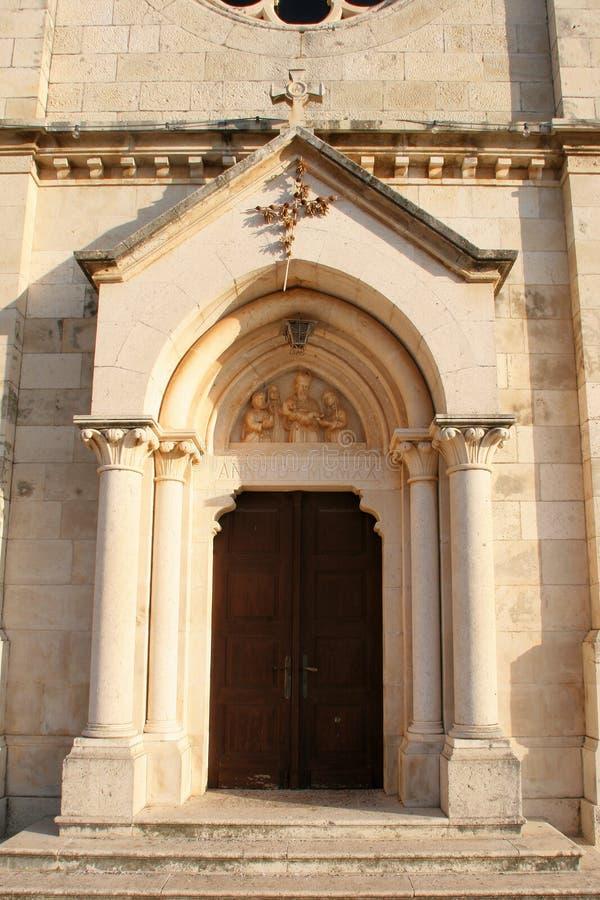 Portail de l'église de la Vierge bénie de la purification dans Smokvica, Croatie images stock