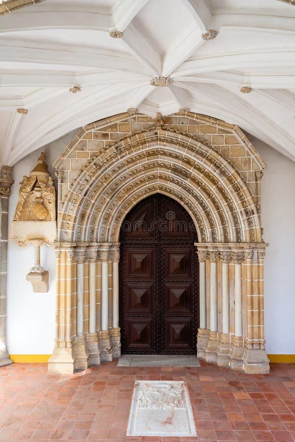 Portail gothique dans le couvent de Loios utilisé comme hôtel historique photographie stock libre de droits
