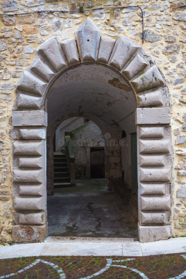 Portail médiéval d'architecture en pierre de voûte photos stock